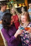 Hübsche Freunde, die zusammen Cocktails trinken Lizenzfreies Stockfoto