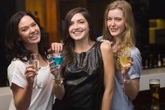 Hübsche Freunde, die zusammen etwas trinken Stockfotografie