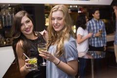 Hübsche Freunde, die zusammen etwas trinken Lizenzfreie Stockfotos