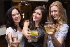 Hübsche Freunde, die zusammen etwas trinken Stockfotos