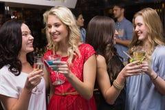 Hübsche Freunde, die zusammen etwas trinken Lizenzfreie Stockfotografie