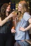 Hübsche Freunde, die zusammen Wein trinken Stockbild