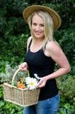 Hübsche Gartenarbeitfrau mit Blumen Lizenzfreie Stockfotografie