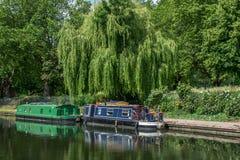 Hübsche gemalte Flusshausboote auf dem Kanal des Regenten, London Stockbild