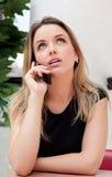Hübsche Geschäftsfrau auf ihrem Handy lizenzfreies stockfoto