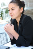 Hübsche Geschäftsfrau am Bürohaus Lizenzfreie Stockfotos