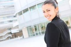 Hübsche Geschäftsfrau am Bürohaus Stockfotos