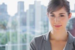 Hübsche Geschäftsfrau, die an der Kamera lächelt Stockfotografie