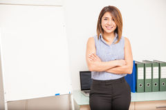 Hübsche Geschäftsfrau, die eine Darstellung gibt Stockfoto