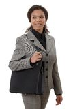 Hübsche Geschäftsfrau, die geht, das Lächeln zu bearbeiten Lizenzfreies Stockfoto