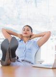 Hübsche Geschäftsfrau, die in ihrem Büro sich entspannt Stockbilder