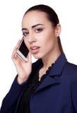 Hübsche Geschäftsfrau in einer Jacke mit Telefon Lizenzfreie Stockbilder