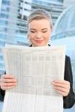 Hübsche Geschäftsfrau-Lesezeitung Stockfoto
