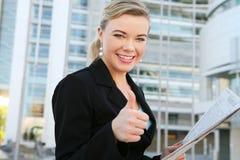 Hübsche Geschäftsfrau mit den Daumen oben Lizenzfreie Stockfotografie
