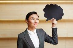 Hübsche Geschäftsfrau mit Sprache-Blasen-Zeichen Stockbild