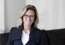 Hübsche Geschäftsfrau Smiling Home Stockbilder
