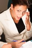 Hübsche Geschäftsfrau, sprechend mit jemand Lizenzfreie Stockbilder