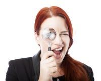 Hübsche Geschäftsfrau Spying mit Lupe Stockfotos