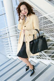 Hübsche Geschäftsfrau am Telefon Stockfotografie