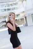 Hübsche Geschäftsfrau am Telefon Lizenzfreies Stockbild