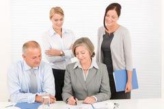 Hübsche Geschäftsfrauen des Geschäftsteams mit Kollegen Lizenzfreie Stockbilder