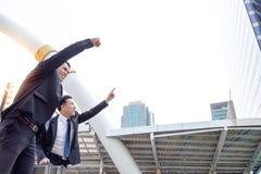 Hübsche Geschäftsmänner sind steigende Hand oben Sie sind ein gutes Team oder lizenzfreies stockfoto