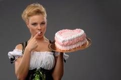 Hübsche Hausfrau mit einem großen Kuchen Lizenzfreies Stockbild