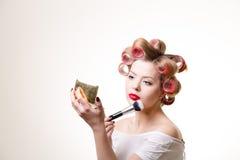 Hübsche Hausfrau mit Rollenmake-up Lizenzfreies Stockfoto