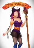 Hübsche Hexe Halloween Sexy Mädchen mit Besen und Hut Grußkarte, Netz, Band, Aufschrift Lizenzfreies Stockbild