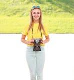 Hübsche Hippie-Frau des hellen sonnigen Bildes mit Retro- Kamera Stockfoto