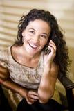 Hübsche hispanische Frau, die auf einem Handy spricht stockbilder