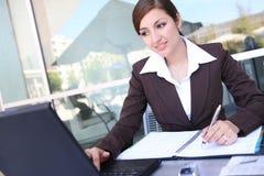 Hübsche hispanische Geschäftsfrau Stockfoto