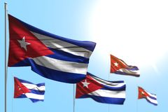 Hübsche Illustration der Volkstrauertagflagge 3d - 5 Flaggen Kuba bewegen gegen Illustration des blauen Himmels mit Weichzeichnun vektor abbildung