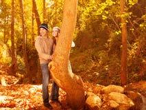 Hübsche Jugend im Herbstholz Lizenzfreie Stockfotos