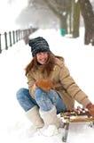 Hübsche Jugendliche, die auf den Schlitten sitzt Lizenzfreie Stockfotografie