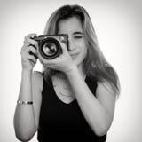 Hübsche Jugendliche, die Fotos mit einer Berufskamera macht Stockfotos