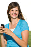 Hübsche Jugendliche, die Textmeldung sendet lizenzfreies stockfoto
