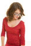Hübsche Jugendliche mit den Gläsern, die unten schauen Stockfotografie