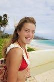 Hübsche Jugendliche mit ihrem Surfbrett Lizenzfreie Stockfotografie