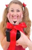 Hübsche Jugendliche wird mit Geschenk erfreut Stockbilder