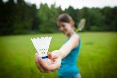 Hübsche, junge Frau, die Badminton spielt stockbilder