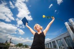 Hübsche, junge Frau, die froh ihre Staffelung feiert Lizenzfreies Stockfoto