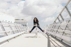 Hübsche junge Frau mit örtlich festgelegtem Gangfahrrad lizenzfreie stockfotografie
