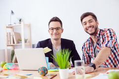 Hübsche junge Kollegen arbeiten im Büro Lizenzfreies Stockbild