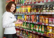 Hübsche Käuferin im Lebensmittelgeschäftsystem Stockbild