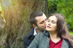 Hübsche küssende Paare lizenzfreie stockbilder