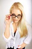 Hübsche Karrierefrau, die ihre Brillen justiert Lizenzfreie Stockfotos