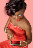 Hübsche lächelnde Frau, die eine digitale Tablette verwendet Stockfotos