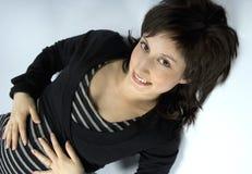Hübsche lächelnde Frau mit einem Haarschnitt Stockfotografie