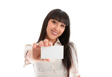 Hübsche lächelnde Frau mit Geschäft oder Identifikation-Karte lizenzfreie stockfotografie